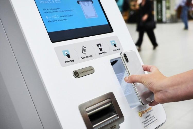 Bitcoin ATM machine in Wan Chai, Hong Kong. Foto di attualità - Getty Images